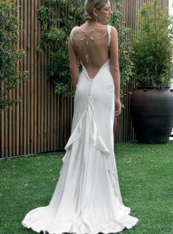 21093975659 Вырез на груди у столь экстравагантного платья может быть совсем небольшим  или совершенно глухим